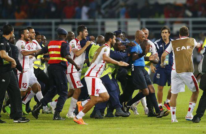 31 января. Бата. Тунис - Экваториальная Гвинея - 1:2. Разъяренные тунисцы атакуют главного арбитра Раджиндрапарсада СИЧУРНА после финального свистка. Фото Reuters
