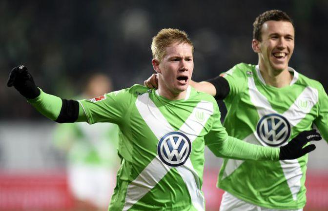 """Пятница. Вольфсбург. """"Вольфсбург"""" - """"Бавария"""" - 4:1. 73-я минута. Только что Кевин ДЕ БРЕЙНЕ (слева) оформил дубль, установив на табло окончательный счет. Фото AFP"""