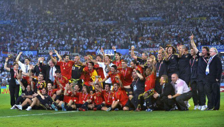 29 июня 2008 года. Вена. Германия - Испания - 0:1. Только что испанская команда стала чемпионом Европы. Крайний справа в нижнем ряду - тим-менеджер Маркос ОТЕРО. Фото AFP