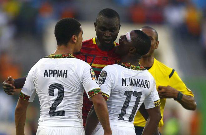 1 февраля. Малабо. Гана - Гвинея - 3:0. Игроки сборной Ганы выражают недовольство действиями соперника. Фото REUTERS