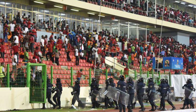 Четверг. Малабо. Гана - Экв. Гвинея - 3:0. Полиция готовится к эвакуации болельщиков со стадиона. Фото AFP