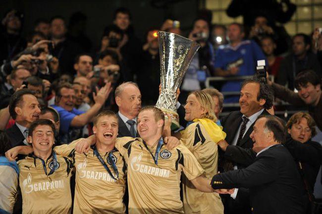 14 мая 2008 года. Манчестер. Финал Кубка УЕФА. «Зенит» - «Рейнджерс» - 2:0. Дик АДВОКАТ (справа) и его великолепная команда. Фото AFP