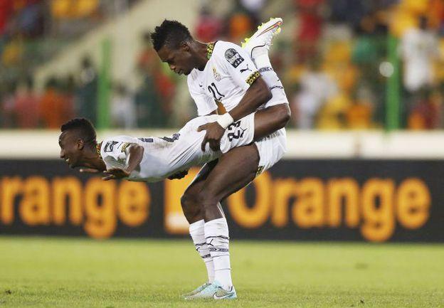 Ганские игроки Джон БОЙ (№ 21) и Харрисон АФФУЛ (№ 23) празднуют выход в финал. Фото REUTERS