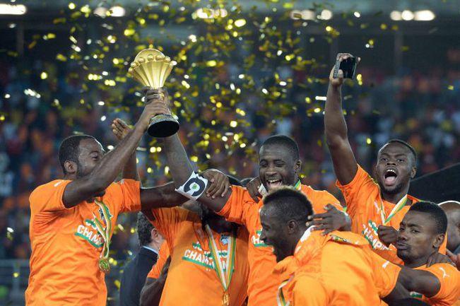 Вчера. Бата. Кот-д'Ивуар - Гана - 0:0, пенальти - 9:8. Яя ТУРЕ и партнеры празднуют победу. Фото AFP
