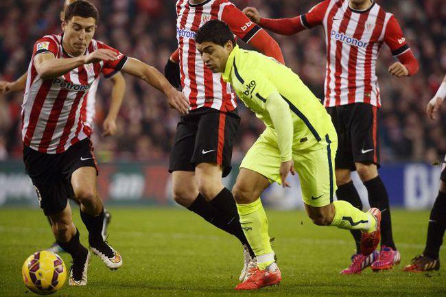 """Воскресенье. Бильбао. """"Атлетик"""" - """"Барселона"""" - 2:5. Луис СУАРЕС уходит от трех соперников. Фото REUTERS"""