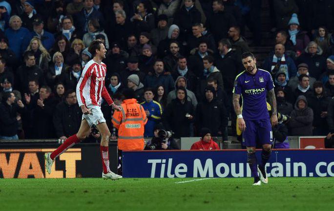 """Среда. Стоук-он-Трент. """"Стоук Сити"""" – """"Манчестер Сити"""" – 1:4. 38-я минута. Питер КРАУЧ (слева) празднует первый гол в матче. Фото REUTERS"""