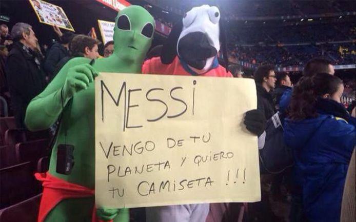 """""""Месси, мы прибыли с твоей планеты и хотим твою футболку"""", - было написано на плакате загадочных гостей, проникших на матч """"Барселоны"""" против """"Вильярреала"""". Фото sport.es"""