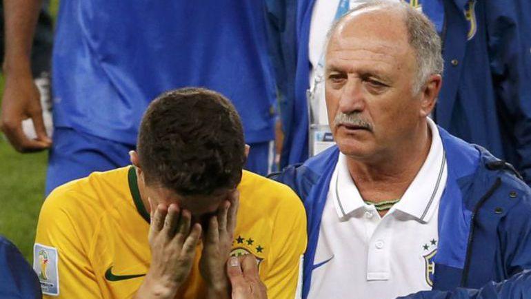 Главный тренер сборной Бразилии Луиз Фелипе СКОЛАРИ утешает ОСКАРА. Фото REUTERS