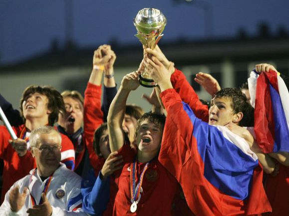 Александр ПРУДНИКОВ (справа) и Вадим ГАГЛОЕВ с Кубком чемпионов Европы. Фото REUTERS