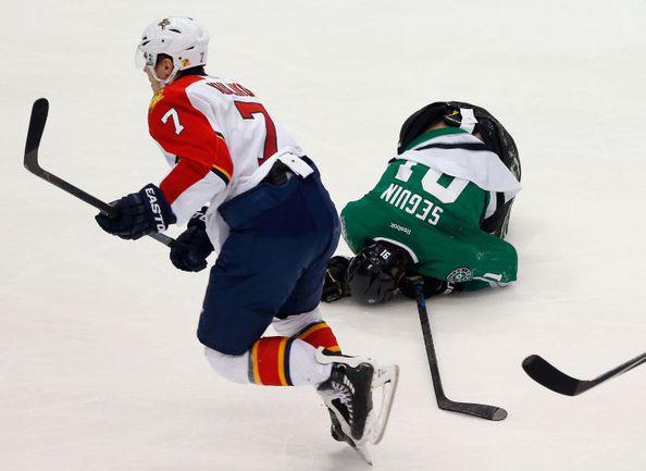 """Пятница. Даллас. """"Даллас"""" - """"Флорида"""" - 2:0. Только что Дмитрий КУЛИКОВ атаковал Тайлера СЕГИНА. Фото AFP"""