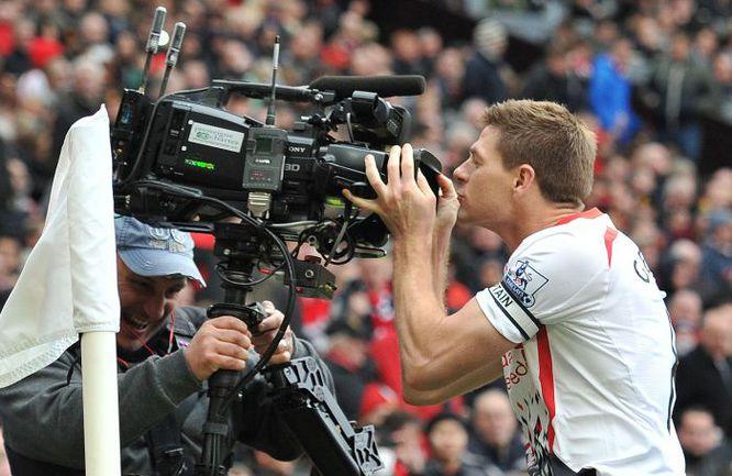 """Стивен ДЖЕРРАРД из """"Ливерпуля"""" и камера. Английские клубы готовы расцеловать телевидение за миллионные прибыли. Фото AFP"""