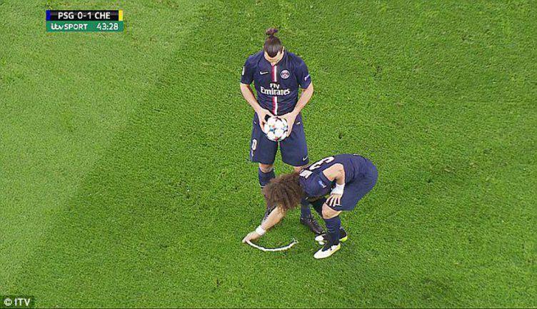 """Вторник. Париж. """"ПСЖ"""" - """"Челси"""" - 1:1. ДАВИД ЛУИЗ стирает отметку, на которой должен быть установлен мяч. Фото ITV"""