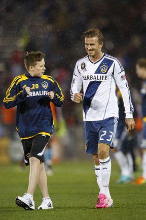 Дэвид БЕКХЭМ и его старший сын Бруклин. Фото AFP