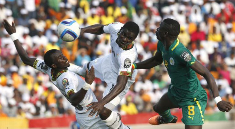 Мохаммед РАБИУ (слева) и Джонатан МЕНСА против сенегальца Шейка КУЯТЕ на Кубке Африки-2015. Фото REUTERS