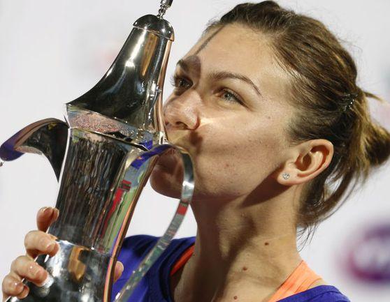 Сегодня. Дубай. Симона ХАЛЕП целует трофей за победу в Dubai Duty Free Tennis Championships. Фото REUTERS