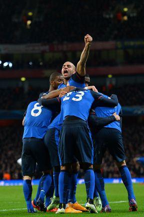 """Вчера. Лондон. """"Арсенал"""" - """"Монако"""" - 1:3. 53-я минута. Игроки монегасков празднуют гол Димитара Бербатова. Фото AFP"""