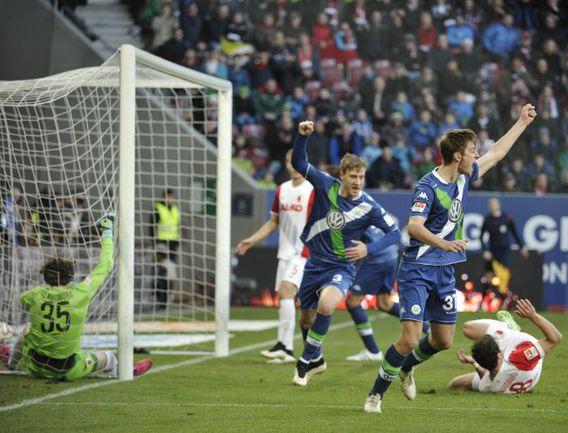 """Суббота. Аугсбург. """"Аугсбург"""" - """"Вольфсбург"""" - 1:0. """"Волки"""" смогли поразить ворота хозяев, но гол был отменен из-за нарушения правил. Фото AFP"""