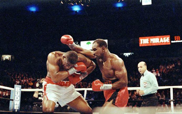 13 ноября 1992 года. Лас-Вегас. Эвандер ХОЛИФИЛД атакует Риддика БОУ. Фото ESPN
