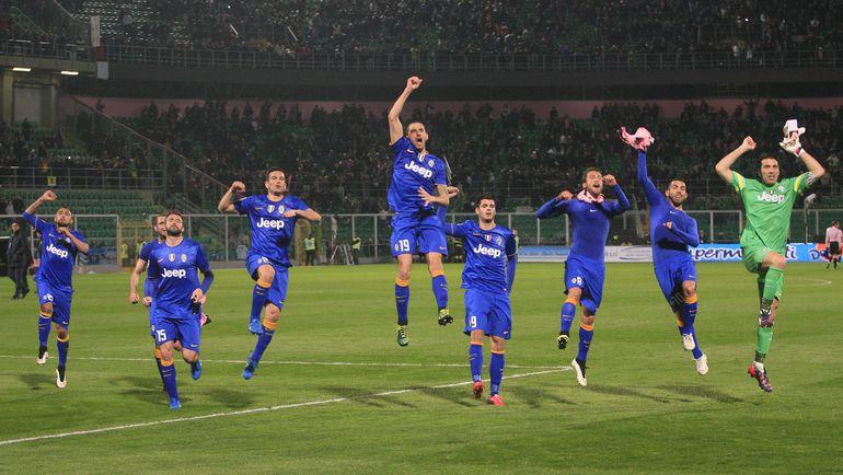 """Футболисты """"Ювентуса"""" празднуют гостевую победу."""