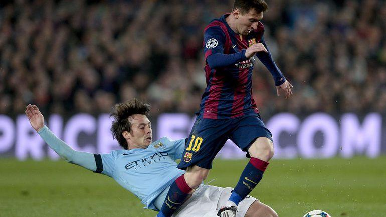 """Среда. Барселона. """"Барселона"""" - """"Манчестер Сити"""" - 1:0. Давид СИЛЬВА пытается остановить Лионеля МЕССИ. Фото Reuters"""