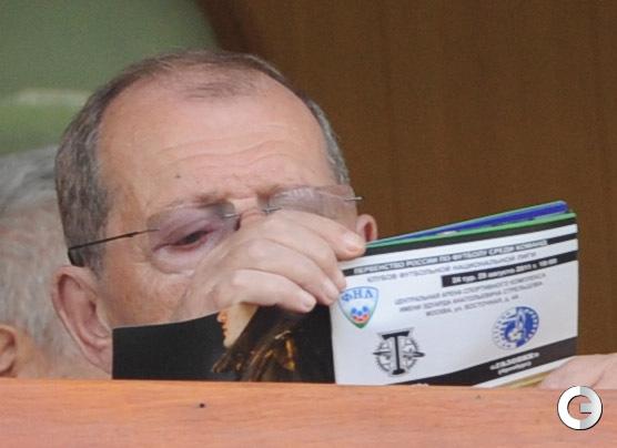 Аркадий АРКАНОВ на трибуне торпедовского стадиона.