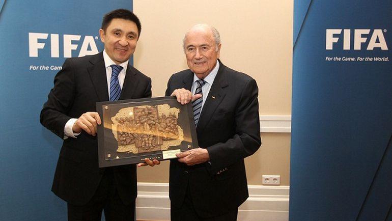 Глава КФФ Ерлан КОЖАГАПАНОВ и глава ФИФА Зепп БЛАТТЕР. Фото www.sportinfo.kz