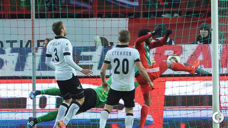 Мануэл Фернандеш забивает победный гол.