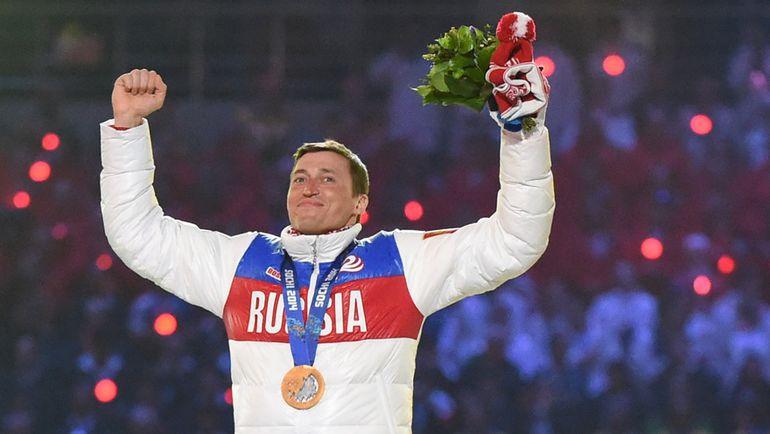 23 февраля. Сочи. Церемония закрытия Олимпийских игр.  Александр ЛЕГКОВ с золотой медалью победителя гонки на 50 км. Фото AFP