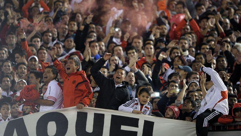 "Четверг. Буэнос-Айрес. ""Ривер Плейт"" - ""Бока Хуниорс"" - 1:0. Фанаты хозяев празднуют победу. Фото AFP"