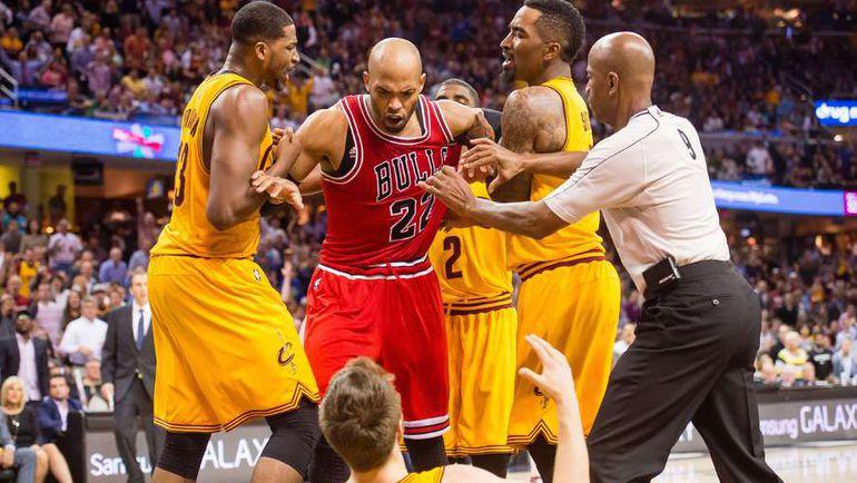 """Вторник. Кливленд. """"Кливленд"""" – """"Чикаго"""" – 106:101. Игроки """"Кавальерс"""" держат Таджа ГИБСОНА, чтобы тот не расправился с Мэттью ДЕЛЛАВЕДОВОЙ. Фото REUTERS"""