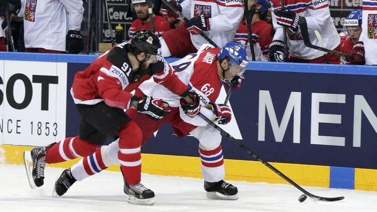 Сегодня. Прага. Канада - Чехия - 2:0. Нападающий канадцев Тайлер СЕГИН (слева) против легенды чешского хоккея Яромира ЯГРА. Фото photo.khl.ru