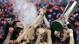"""18 мая 2005 года. Лиссабон. """"Спортинг"""" - ЦСКА - 1:3. Валерий ГАЗЗАЕВ и его игроки празднуют победу в Кубке УЕФА."""