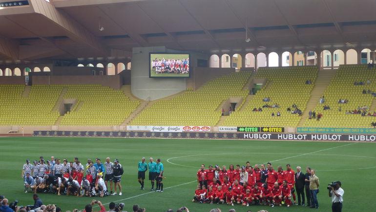 """Вчера. Монако. Команды гонщиков """"Формулы-1"""" (слева) и мировых знаменитостей перед матчем."""