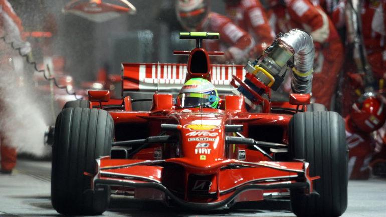 """Фелипе МАССА на """"Феррари"""" на """"Гран-при Сингапура""""-2008 уехал с пит-стопа с прикрученным заправочным шлангом. И был далеко не первым, кто допустил такую ошибку. Фото AFP"""