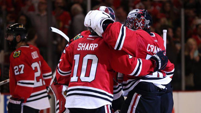 "Хоккеисты ""Чикаго"" празднуют победу над ""Анахаймом""."