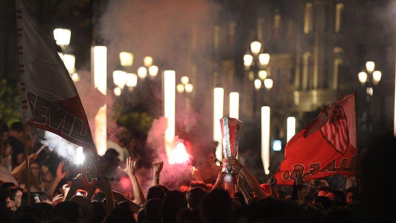"""Вчера. Севилья. Болельщики """"Севильи"""" празднуют на улицах города. Фото AFP"""