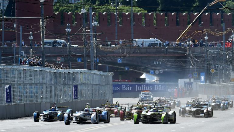 """Суббота. Москва. """"Формула-Е"""" у стен Кремля. Фото AFP"""