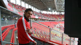 Руслан НИГМАТУЛЛИН заводит зрителей на стадионе