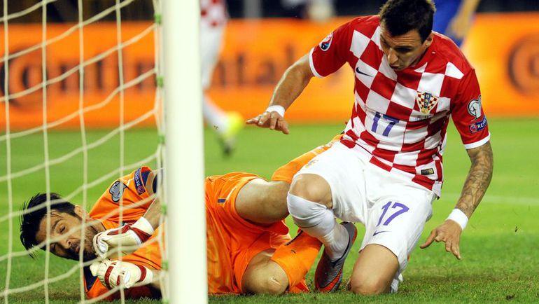 Пятница, Сплит. Хорватия - Италия - 1:1. Марио МАНДЖУКИЧ так и не смог переиграть Джанлуиджи БУФФОНА. Фото - AFP. Фото REUTERS