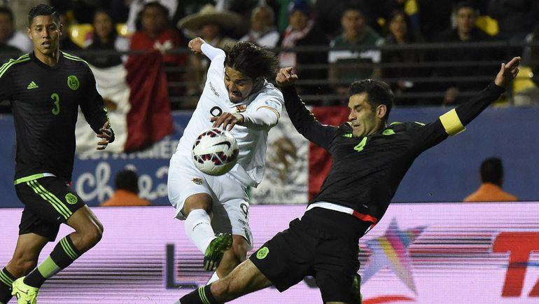 Пятница. Винья-дель-Мар. Мексика – Боливия – 0:0. Защитник мексиканцев Рафаэль МАРКЕС (справа) и форвард боливийцев Марсело МОРЕНО. Фото AFP