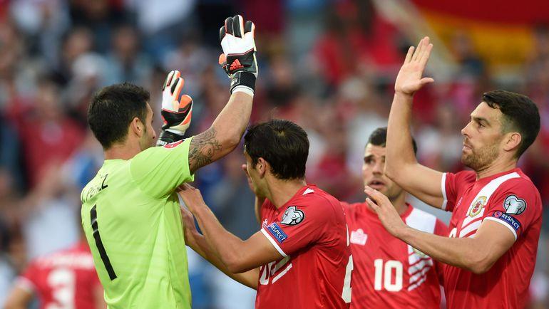 Суббота. Фару. Гибралтар - Германия - 0:7. 10-я минута. Только что вратарь хозяев Джордан ПЕРЕС отразил пенальти в исполнеии Бастиана Швайнштайгера. Фото - AFP. Фото AFP
