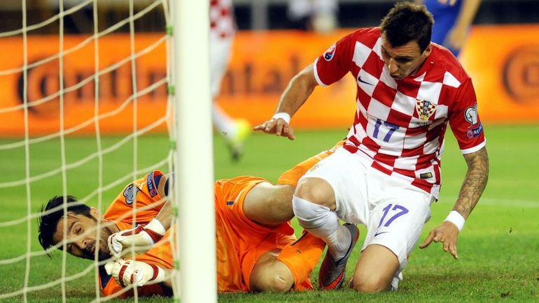 12 июня. Сплит. Хорватия - Италия - 1:1. Джанлуиджи БУФФОН против Марио МАНДЖУКИЧА. Фото AFP