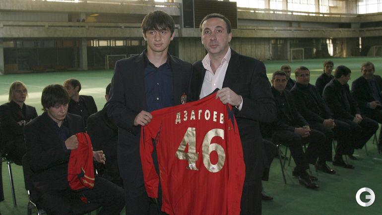 2008 год. Алан ДЗАГОЕВ (слева) и Евгений ГИНЕР на встрече с болельщиками ЦСКА.