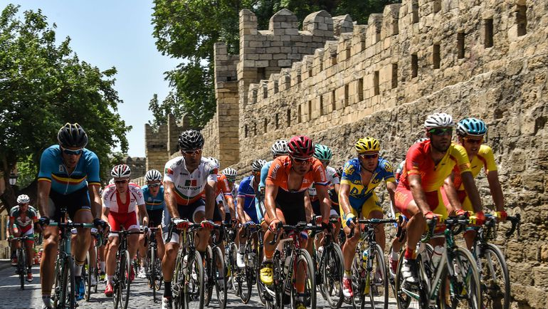Сегодня. Баку. В групповой гонке, маршрут которой был проложен по Старому городу, россияне, увы, остались без медалей. Фото AFP