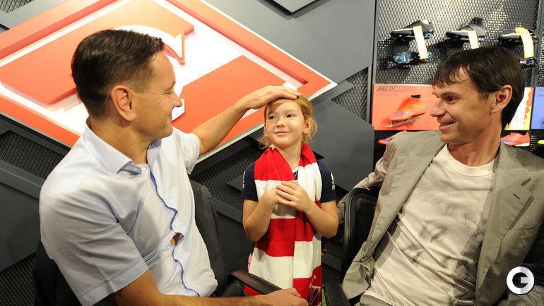 Дмитрий АЛЕНИЧЕВ (слева) и Егор ТИТОВ (справа) общаются с юной поклонницей красно-белых.