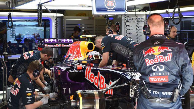 """Проблемы с моторами, которые испытывает в этом году """"Ред Булл"""" Даниила КВЯТА, не позволяют российскому гонщику бороться за высокие места. Фото AFP"""