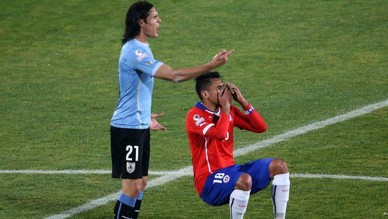 Среда. Сантьяго. Чили - Уругвай - 1:0. Секунду назад Гонсало ХАРА спровоцировал Эдинсона КАВАНИ. Фото REUTERS
