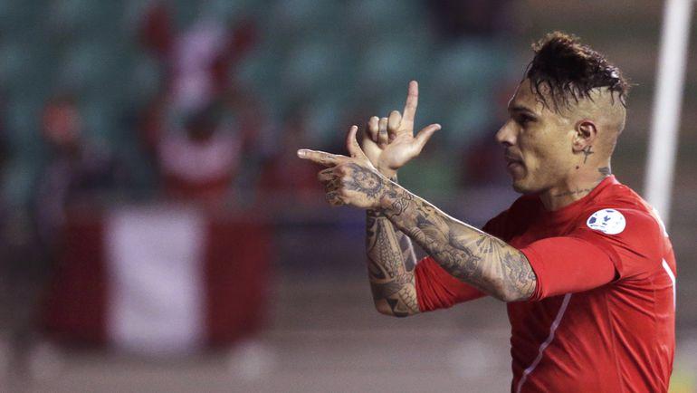 Четверг. Темуко. Боливия - Перу - 1:3. 23-я минута. Хосе ПАОЛО ГЕРРЕРО празднует победный гол. Фото REUTERS