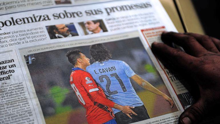 Многие латиноамериканские газеты вышли на первой полосе с изображением изощренной провокации Гонсало ХАРА по отношению к Эдинсону КАВАНИ. Фото REUTERS