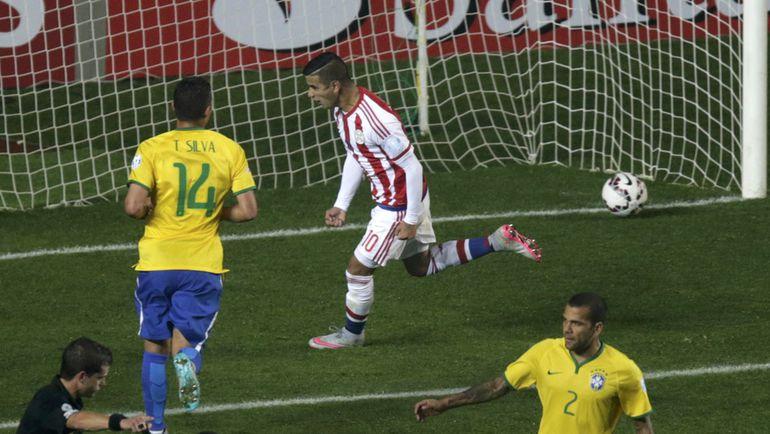 Суббота. Консепсьон. Бразилия – Парагвай – 1:1, пенальти – 3:4. 72-я минута. Нападающий сборной Парагвая Дерлис ГОНСАЛЕС (10) сравнял счет, реализовав пенальти. Фото REUTERS